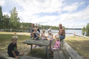 Familjerna Alm Paakkanen, Trolin Lahtinen och Säppinen från Kolsva vid badplatsen på Liens camping i Riddarhyttan. Bra strand och bad, närheten från Kolsva och att bara kunna koppla av var det som lockade dem till campingen. Anläggningen brukar, lågt räknat, ligga på ungefär 90000 gästnätter per år.