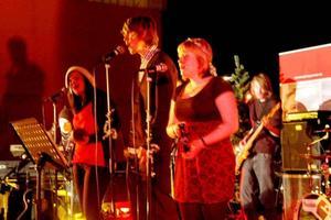 JULKORV. Lisa Persson, Viktor Brodin och Veronica Elf sjöng om korvgubben som sålde julkorv men hade sorg, ett arrangemang på Ove Thörnqvist