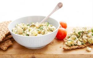 Gubbröra på klassiskt vis med ansjovis är en absolut favorit på det svenska smörgåsbordet.