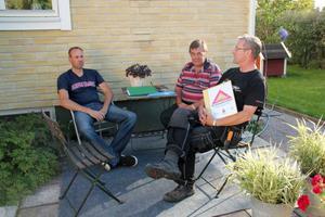 Thomas Persson, till vänster och Reino Wallberg, till höger, är samordnare för den nya grannsamverkansgruppen i Tälle. Sture Ericsson är ordförande i Villaägarna i Ljusdal och Sveg. Här har de samlats för att gå ut och sätta upp skyltar och dela ut informationsblad.