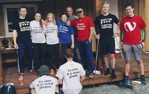 Ida Hallberg och hennes svenska skrinnarkompisar i landslaget på besök hos familjen Northug. Den äldre mannen i mitten av bilden är John Northug. Ida Hallberg står tvåa från vänster i vit tröja.