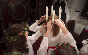 Tärnorna hjälpte till med kronan, innan det var dags att skrida fram till altaret i Jakobs kyrka.