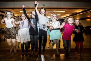 Gruppen var väldigt nöjda med sin föreställning. Från vänster Ylva, Elina, Linnéa, Rebecka, Nellie, Sofie och Venla.