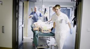 I filmen får man följa Lars Rocksén (längst bak) på sjukhuset.