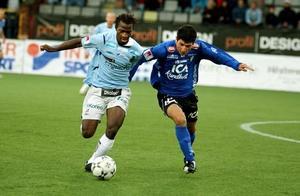 Amadou Jawo och Anel Raskaj i kamp om bollen i söndagens allsvenska möte mellan Gefle IF och Halmstads BK.