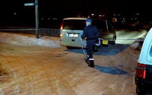 Bilen som ska hämta den döde för vidare transport till rättsmedicinska i Uppsala har just anlänt.FOTO: MIKAEL ERIKSSON