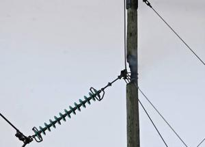 Kraftledningsstolpen självantände cirka en meter nedanför toppen.
