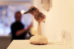 Fågeln är skapad av Annika Persson från Östersund. Rolf Anderzon hänger konst i bakgrunden.
