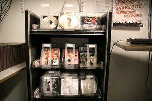 Rock'n'roll på hyllorna i studion i Lugnetgymnasiets lokaler.