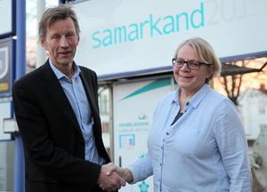 Lars Lindblom välkomnar kommunala toppchefen Stina Stenberg till Samarkand. En konstruerad tjänst?