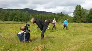 Programledaren Molly Nutley och Kajsa Vallström under tv-inspelningen i Långå tillsammans med fotografen Markus Ljunghard och inslagsproducenten Åsa Wennersten.