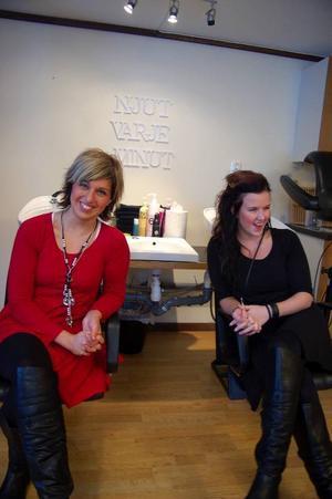 Annika Sundt och Kajsa Thunell trivs bra i den nya salongen på Vemdalsskalet.Foto: Carin Selldén