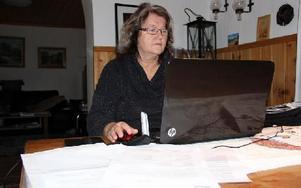 """Elvine Lindell, Arvet, Furudal, skarpt kritisk mot """"prispressarföretaget"""" Baraspara.Hon har suttit lång tid vid dator och telefon den senaste tiden. Foto: Eric Salomonsson"""