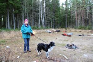 Jag tycker det är fruktansvärt trist att se det här, säger Ann-Christin Jonsson som dyker upp på vändplanen med sin hund Santo.