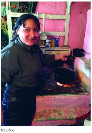 Felicia Iosif i sitt gamla hus. Ett fönster var till hälften täckt med jord och lera för att hålla kyla ute. Ur