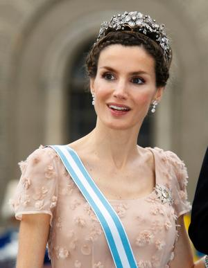 Kronprinsessan Letizia 4/5.Hon är väldigt trendig i välarbetad frisyr med inbakade flätor i uppsättningen. Den är ball och fräck, det får hon högt betyg för. Men tyvärr blir helheten lite rörig. Hon är väldigt trendig i välarbetad frisyr med inbakade flätor i uppsättningen. Den är ball och fräck, det får hon högt betyg för. Men tyvärr blir helheten lite rörig.
