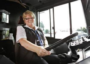 Iréne Thunborg har under sina 33 år som bussförare kört de flesta av linjerna i och kring Gävle. Alla turerna är lika roliga att köra.– Gott att jag fick dig i dag, brukar jag säga till bussen när jag kommer på morgonen, säger Iréne Thunborg och skrattar.– Så här länge har jag aldrig stått still med en buss, säger Iréne Thunborg när GD tar bilder på henne.