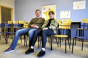 Teater. David Carmel och Hanna Nyroos, från teater Tage Granit, är i Lindesbergs kommun med skolföreställningen Kameleonten.