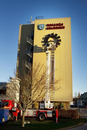 Brandkåren ser till att klockan på stadshuset går som den ska.