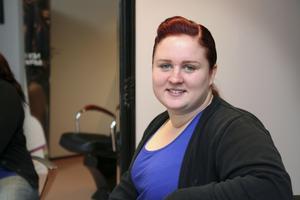 """I två år väntade Linda Karlsson på rätt ögonblick att öppna en salong. När två andra frisörer skulle slå igen i Kungsör slog hon till. """"Det var värt väntan"""", säger hon."""