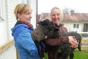 Undersköterskan och fårskötaren Karin Wikberg till höger och undersköterskan Lisa Kallin till vänster.