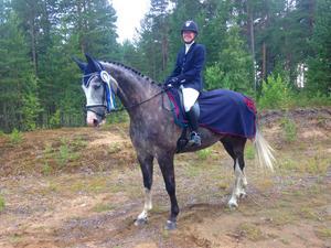 Gävle Ponnyklubbs Rosalie Sjöberg och hennes skimmelvalack Donatello vann Lätt B:2 på 68,83 procent.