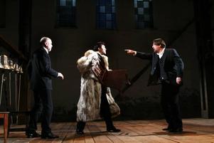 """Gävlesuccé får uppföljare.  Peter Oskarson, Mats Jäderlund och Rolf Lassgård i Folkteaterns  originaluppsättning """"Bröderna Karamasov""""."""