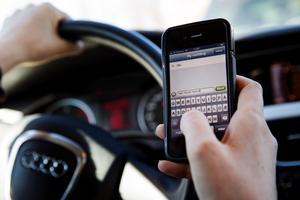Vad får man egentligen göra med mobilen bakom ratten?