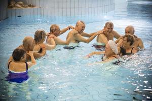 Det är trevligt att ha vattengymnastik. Alla är välkomna, ung som gammal.