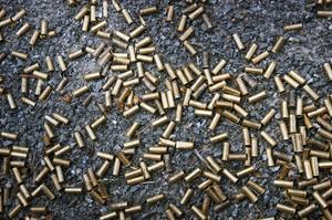 Vapen och utrustning lånas ut gratis till ungdomarna. Med tiden blir det en hel del tomhylsor på skottplatserna.