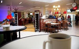 Det här är kaféet som fick ge upp en del av sina platser. De sittplatserna till höger i bild, nedanför platån, menar kaféägaren används av andra än kafébesökare. Foto: Sofie Lind