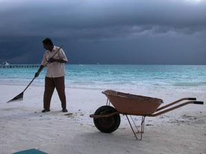 Ganska ofta är det molnigt och blåsigt på Maldiverna, då finns inte så mycket att göra... Foto: Stockxchng