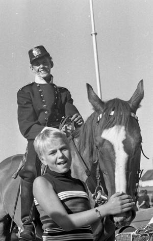 1969. Inga-Lill Björklund klappar om polishästen
