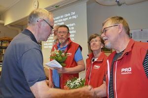 Allan Larsson från Bollnäs lag tackar Björn Molin för en god match.