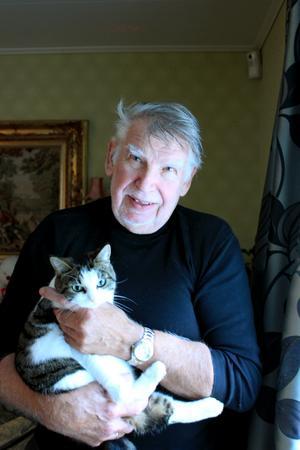 Kalle Vytlacil med katten Cissi.