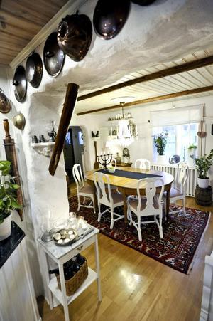 Sörgården i Rösavi har halvmetertjocka stenväggar även på insidan så Karl-Gustav Wilking fick jobba hårt då han skulle göra en större öppning mellan kök och matrum.