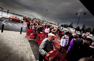 Kön ringlade lång utanför butiken innan         dörrarna slogs upp klockan åtta på onsdagsmorgonen.  Foto: Håkan Luthman