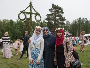 Nour, Hanan och Suha framför midsommarstången.
