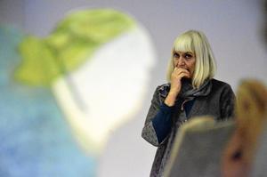 Keramikern Eva Dahlström är den första Hallsbergskonstnären på flera år som ställer ut på Bergööska huset. Från och med lördag är det hennes kvinnohuvuden i keramik som kommer att bo en dryg månad i det som hon kallar ett konstens vandrarhem.