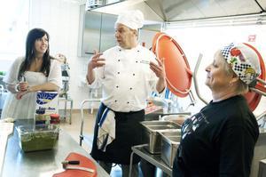 Från och med i höst ska all skolmat lagas från grunden i Svärdsjöskolans kök. Så långt det är möjligt med ekologiska råvaror. I veckan som gick fick kökspersonalen besök av Sveriges bästa skolkock Michael Bäckman. På några år har han förvandlat arbetssättet i skolköket på Annerstaskolan i Huddinge, i dag används inga hel- eller halvfabrikat och all mat lagas från grunden.
