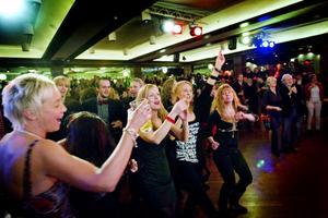 Fullt på dansgolvet när Tuckers lilla kapell hade sin traditionella julshow på Bolaget i Sandviken.