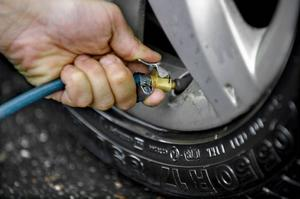 Bildtext 5: Däcktrycket påverkar inte bara slitaget utan även säkerheten på vägen.Foto: Claudio Bresciani/TT