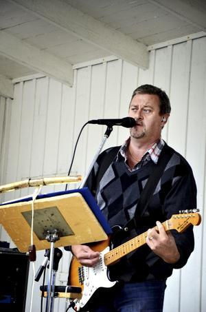 Uppskattad underhållning. Kåre Eriksson roade publiken med sång, musik och ett och annat skämt.