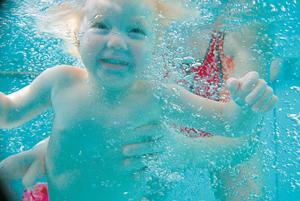 Det kan bli tio kronor dyrare att bada för alla som äldre än fyra år.