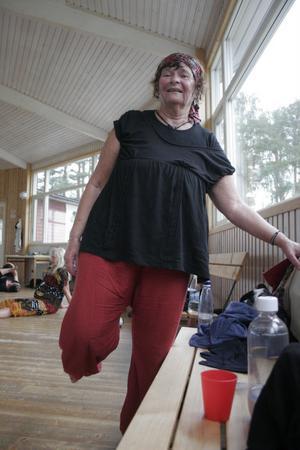 Stretchingen ska man inte glömma. Laila Edenvad är en entusiastisk dansare.– Jättebra lärare och fin stämning, säger hon om kursen i Bergsjö.