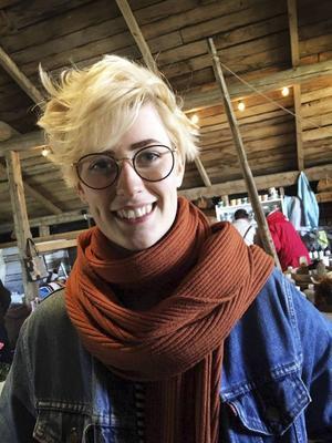 Alma Bernhardsson spelade gitarr och sjöng både egna låtar och covers i egen personlig tappning i kaféet.