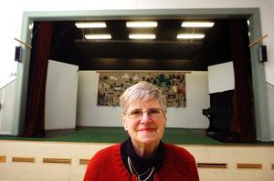 Efter tio år som organisatör av pubkvällarna vid Hardemo bygdegård slutar Kerstin Adamsson. - Det har varit roliga men slitsamma år. Hundraåtta gånger om året har jag varit här och klippt gräs och vårdat dansgolvet, säger Kerstin Adamsson.BILD: GÖRAN KEMPE