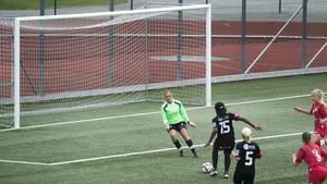 Bik SK (Isabell Nordlund) vs IFK Timrå (Bupe Okeowo). Den här gången vann målvakts-Nordlund duellen, men Okeowo hade redan hunnit göra första målet i 5–1-vinsten.
