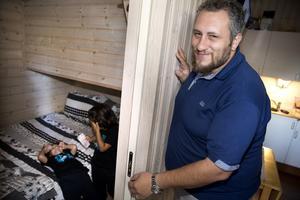 """Amany Rabatah visar ett av de små sovrummen i huset på Mälarcampingen. Där leker barnen Fares, 4 år och Tariq, 6 år.   """"Min önskan är att kunna leva ett normalt liv, gå till jobbet på morgonen och komma hem till familjen på kvällen"""", säger han. Han har läst business administration, arbetat som receptionist i Dubai samt haft en egen butik."""