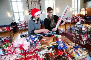 Martina Bergman och Helen Östergren fick på tisdagen se när 2 000 julklappar hamnade i barnahänder.